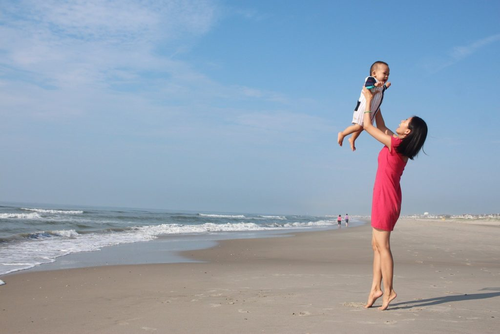 Maman solo sur la plage